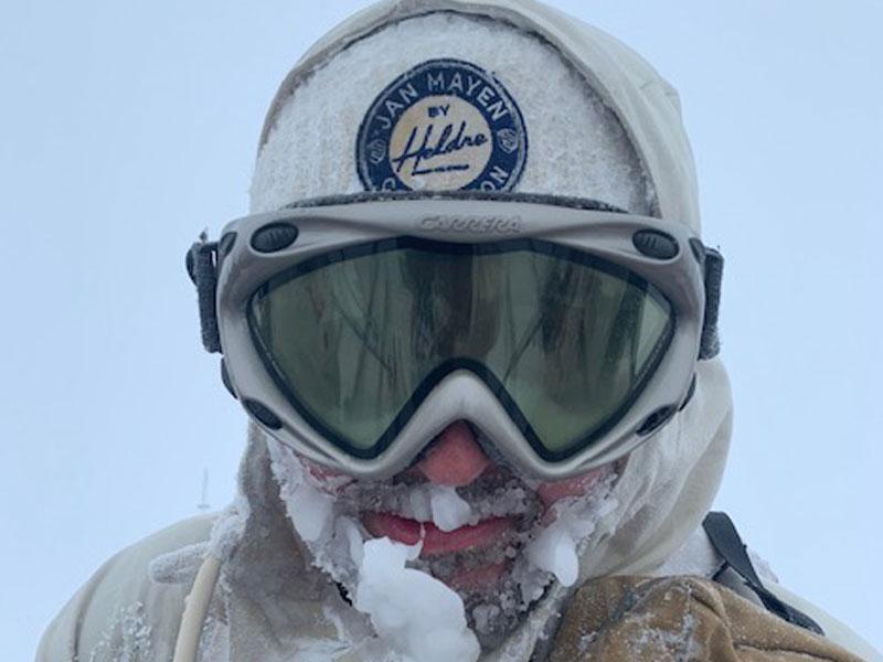 person på skitur i snøvær